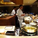 赤坂 こみかん - 厨房を囲む大きなカウンター席がメインですが、テーブル席もあります。