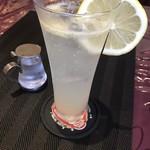 87356813 - レモンスカッシュは生搾り。                       酸っぱくて炭酸しっかりでおいしい。                       シロップで甘さプラスして飲みました。
