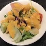 87361622 - サラダは色んな種類の野菜で味・食感の違いが楽しめます。小さくみえて食べ応えあり☆