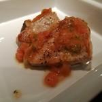 87375333 - 鉄板でこんがり焼かれたメインは、豚ロース肉とエリンギソテー、フレッシュトマトのソース