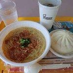 ミスタードーナツ - 金ごま担々麺+肉まん+アイスコーヒー:680円