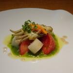 87385802 - ◆〈前菜〉あげまき貝のコンフィと塩トマト、ホワイトアスパラのサラダ キュウリのソース あげ巻貝の旨みを感じる品。火入れした胡瓜のソースはクセがなくまろやかな味わいで美味しい。