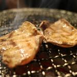 飛騨牛一頭家 馬喰一代 名古屋WEST - 「極上タン」の焼き模様