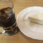 ロージナ茶房 - アイスコーヒー、レアチーズケーキ