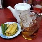 玉蘭 - 紹興酒のロック&無料のお通し 500円。本日の無料のお通しは胡瓜とニンニクの漬物。