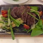 ラ・カンティーナ・カンチェーミ - 黒毛和牛の炭火焼 タリアータスタイル 季節野菜とルーコラのサラダ添え