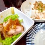 酒呑み屋かどっこ - 「しょうゆ鶏」と「冷や奴」。ホッピー(選べる)とこの2種(選べる)で600円はお得かも?