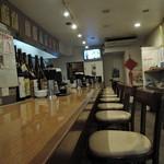 87398778 - カウンター席のみの構成。 元喫茶店の居抜き店舗?