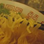 87398789 - 麺は平打ち中麺縮れ麺、高加水率。  ツゥルッツゥルの艶やかで、潤い豊かな健康美肌。
