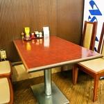 とん助 - 店内(テーブル席)