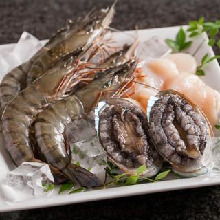 アワビ、オマール海老、フォアグラなど贅沢食材も鉄板焼で味わう