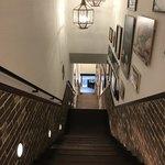 87417821 - この階段を上がって来ます。                       壁にアメリカンな絵とかかけてあって眺めながら登るのも楽しい!