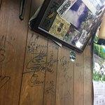 豊野丼 - サインが壁一面に。