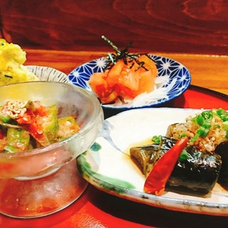 【季節のおばんざい盛り】旬の味覚を肴にお楽しみください。