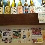 赤坂 よ志多 - カウンターには焼酎が並ぶ