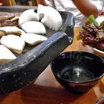 チヂミ - サムギョプサル専用の鉄板からアブラが流れ出ます