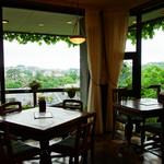 長崎阿蘭陀珈琲館 - 緑地を広く望む窓際コーナーのテーブル席。