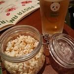 エゾバルバンバン - 料理写真:ビールとお通しのポップコーン