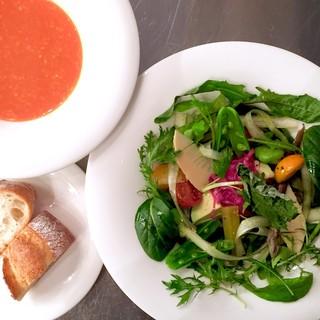 関西もん中心の国産旬野菜をふんだんに盛り込んだヘルシーな料理