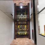 Red&Black SteakHouse  - 店舗までの廊下の上部は鏡
