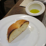 Red&Black SteakHouse  - パンと塩の沈むオリーブオイル