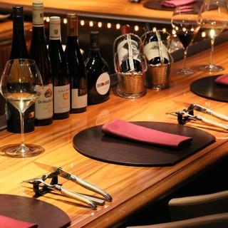 【メインカウンター】ゆったりとしたソファー席でワインとお食事をお楽しみ下さい。