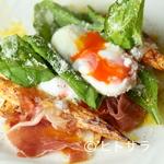 イタリア料理ゴローゾテツ - 『イタリア産ホワイトアスパラのソテー 生ハムと半熟卵のビスマルク』