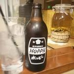 立ち飲み処 - ホッピーの向こうには、瓶の中でトグロを巻くハブ?2匹。