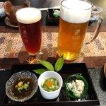 8746006 - 坊ちゃんビールとマドンナビールと先付。色の濃い方がマドンナ