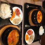 まかないキッチン - 奥が純豆腐。手前がキムチチゲ