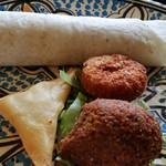Zenobia Cafe - 揚げ物3種とラップサンドイッチ。