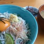 中原水産 - 『しらす釜揚げ丼』1,000円也。味噌汁と一品付き。