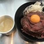 87464944 - ローストビーフ丼と玉子スープ