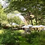 レストラン デュ パルク - 西洋庭園の木々の間からお店を臨む