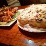野菜居酒屋のんき - 左がザンギ、右がほぼ具のグラタン、「具ラタン」