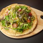 モッツアレラチーズと7種野菜のサラダピザ