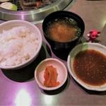 87478771 - 選べる焼肉セットランチ ¥1,000  ご飯、キムチ、お味噌汁のセット