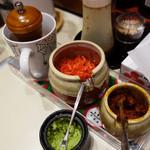 豚マニア丼 稲田屋 サン - 卓上には、紅ショウガ・ブラックペッパー・自家製辛味噌・ワサビの味変グッズがあります。