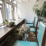 寺崎コーヒー - 陽光差す窓際のお席 椅子のブルーが映えます^ ^