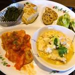 菜果茶酒 むすび - 日替わりランチ(700円)一例です。ご飯、汁物、デザートもセットで付いてきます。
