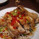 天外天刀削麺 - 骨付き鶏もも肉の甘酢香味ダレ