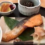 鈴波 - 焼魚(銀鮭の味醂粕漬)と小鉢・漬物