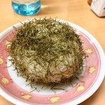 87497469 - 富山ら辺ではよく見かけるモジャモジャのオムスビ。とろろ昆布をまぶしたオニギリです。