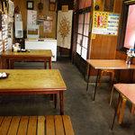 玉龍 - 店内はテーブルが6つあります。3つは4人掛けで3つは2人掛けです。