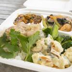 87500730 - 主菜に麻婆豆腐、海南鶏、五目あんかけの3種類、副菜にポテトマカロニサラダ&ザーサイとキュウリ和えを選んだ私のランチBOX900円。