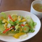 フィフティ・ワン - ランチに付くサラダとスープ