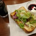 丸の内 CAFE 会 - 「ツナチェダーの厚切りトーストプレート」。ドリンクと小さいヨーグルトが付いて870円。