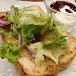 丸の内 CAFE 会 - 「ツナチェダーの厚切りトーストプレート」のアップ
