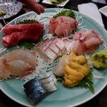 大衆料理 川治 - お造りは・・                             アイナメの雲丹のせ・イサキ・黒ムツ・平目昆布〆・マグロ・〆鯖。甘鯛
