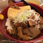 じろ銀 - ぶっかけホルモン丼+煮豆腐 560円
